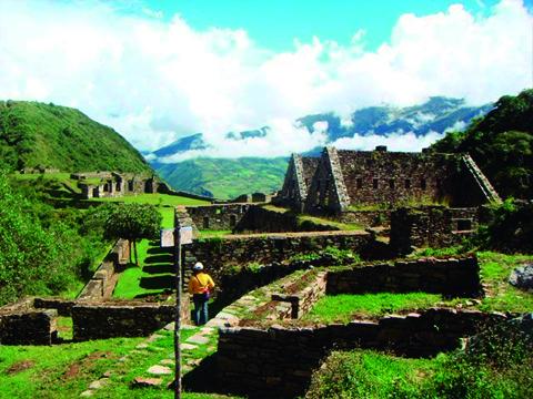 """Camino Inca Choquequirao Significa """"Cuna de Oro"""" son ruinas de una ciudad Inca entre las estribaciones del nevado Salkantay trek. Estos restos arqueológicos están conformados por edificios y terrazas distribuidas en diferentes niveles. La caminata Choquequirao también es conocida como la """"hermana sagrada"""" de Machu Picchu por las semejanzas que tienen."""