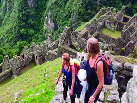 El camino inca Original a Machu Picchu 2 días: Tour recomendado para personas que no disponen de muchos días, sin duda la ruta de camino Inca es la más hermosa rodeada de exquisita belleza natural de flora y fauna, una experiencia fascinante e inolvidable para llegar a Machu Picchu. Empezamos el viaje en el km 104 de la línea férrea y caminamos hasta Wiñayhuayna luego continuamos hasta el Intipunku (Puerta del sol) (Sun Gate) a 2650 m.s.n.m. luego machupicchu y bus hasta la localidad de Machu picchu pueblo
